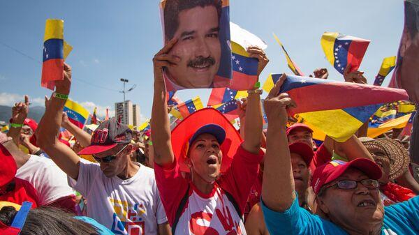 Участники акции в поддержку президента Венесуэлы Николаса Мадуро в Каракасе