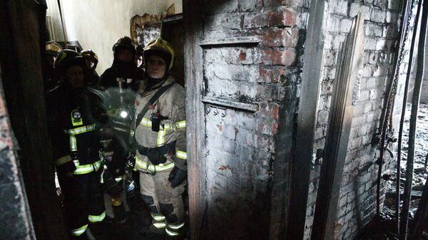 Сотрудники пожарной службы на месте пожара в жилом доме на Никитском бульваре в Москве. 4 февраля 2019
