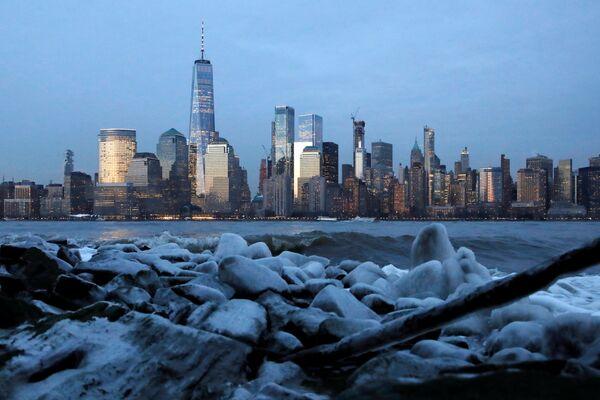 Лед на берегу реки Гудзон в Нью-Йорке
