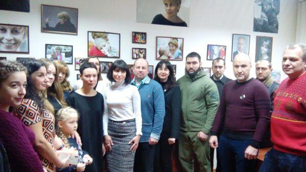 Наталья Авилова на открытии филиала Центра Глинки в Донецке. С добровольцами, врачами детских больниц, родителями детей, которых спасала Елизавета Глинка