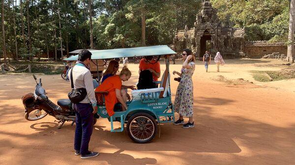 Туристы, передвигающиеся на тук-туке, Анкор, Камбоджа