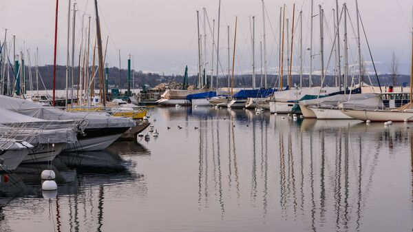 Лодки и яхты у пирса в акватории озера Леман (Женевского озера) в Швейцарии
