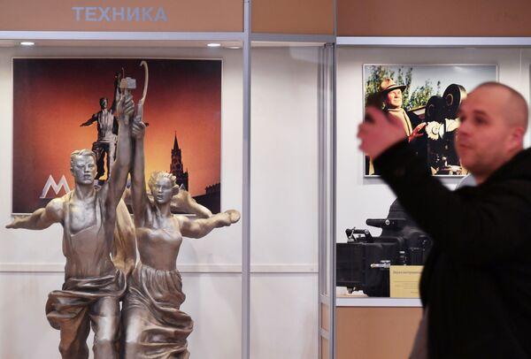 Мужчина фотографируется в главном павильоне Мосфильма