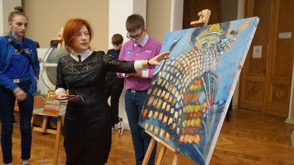 Наталья Шевченко рядом с работой Бессмертный полк