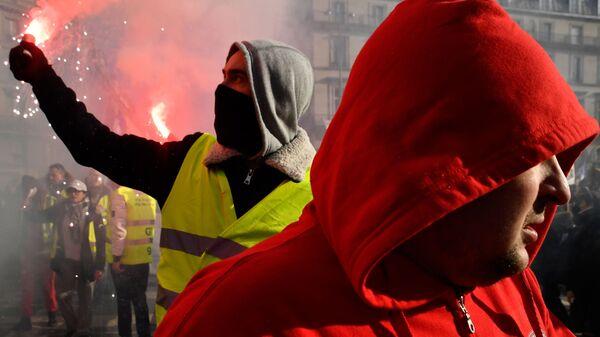 Участники всеобщей забастовки во Франции на улицах Парижа. 5 февраля 2019
