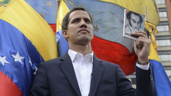 Самопровозглашенный президент Венесуэлы Хуан Гуаидо во время акции протеста против действующего президента страны Николаса Мадуро в Каракасе. 23 января 2019