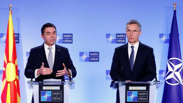Министр иностранных дел Македонии Никола Димитров и Генеральный секретарь НАТО Йенс Столтенберг в штаб-квартире организации в Брюсселе. 6 февраля 2019