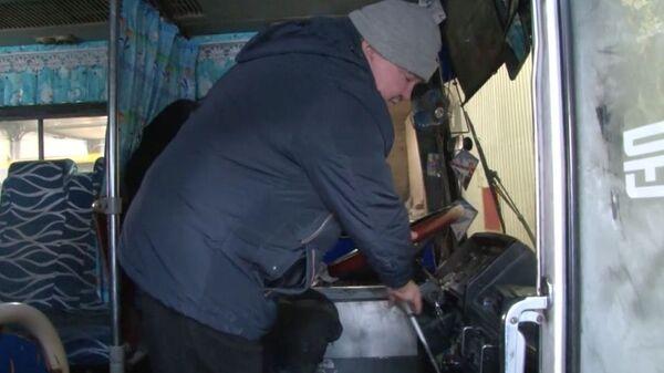 Подполковник МВД  в отставке Сергей Кузьмин демонстрирует свои действия в автобусе