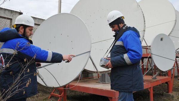 Инженеры Радиотелевизионного передающего центра Чеченской Республики проверяют передачу спутникового сигнала