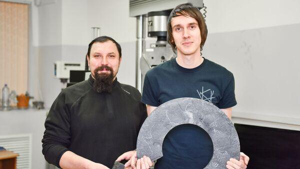 Ученые с фрагментом тормозного диска (слева) и большим диском, из которого выпиливался материал для испытаний (справа).