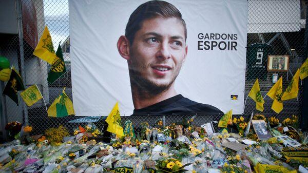 Цветы рядом с портретом Эмилиано Салы