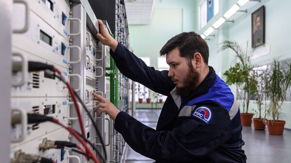 Инженер в аппаратной Тульского областного радиотелевизионного передающего центра