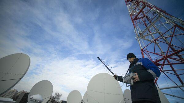 Инженеры настраивают оборудование телевизионной вышки на территории Рязанского областного радиотелевизионного передающего центра