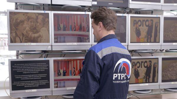 Работник Пензенского областного радиотелевизионного передающего центра в зале аналогового вещания