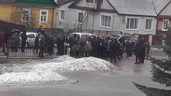 Обстановка у школы в городе Столбцы, где произошло убийство