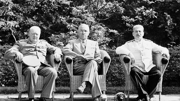 Премьер-министр Великобритании У. Черчилль, президент США Г. Трумэн, председатель Совета народных комиссаров СССР и председатель Государственного комитета Обороны СССР, Генеральный секретарь ЦК ВКП (б), И.В.Сталин на Потсдамской конференции, 1945 год