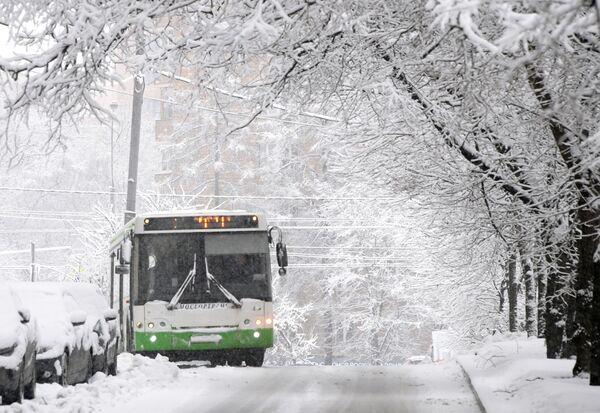 Автобус движется по заснеженной улице Крупской в Москве