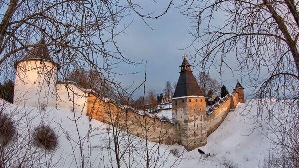 Вид на башни и крепостную стену Свято-Успенского Псково-Печерского монастыря, основанного в середине XV века в Печорах