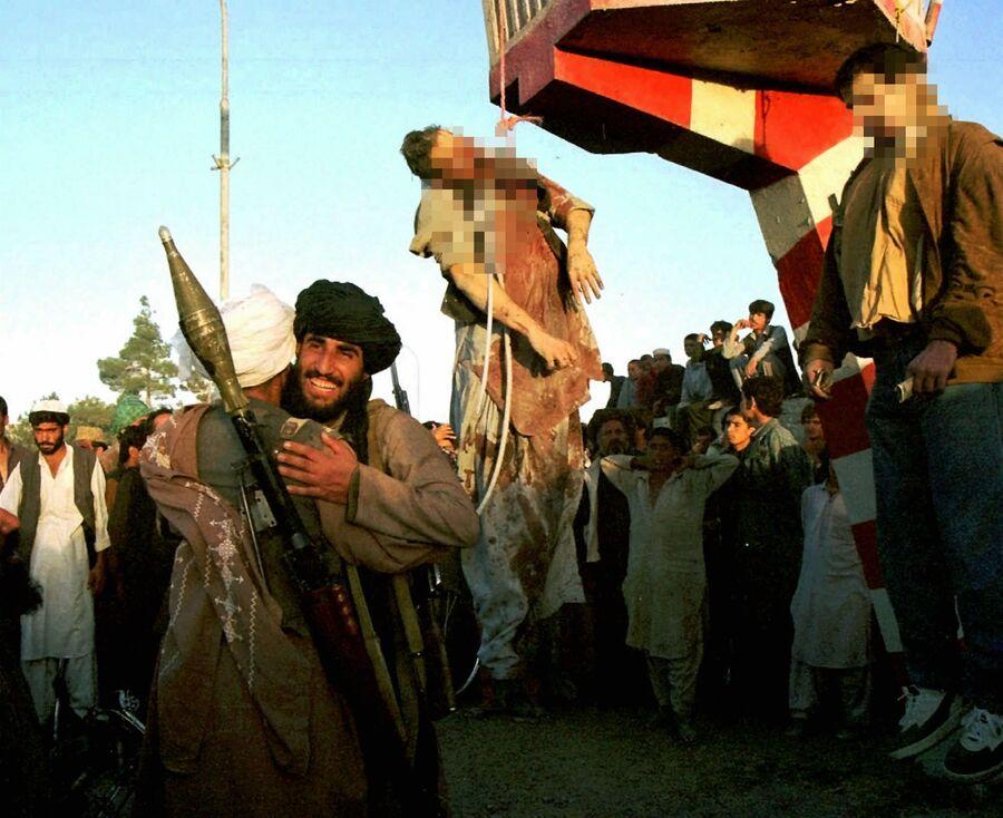 Тело казненного экс-президента Республики Афганистан Мухаммеда Наджибуллы и его брата. 1996 год