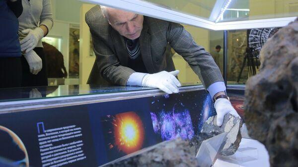 Директор исторического музея Южного Урала Владимир Богдановский  возвращает на место похищенный фрагмент Челябинского метеорита