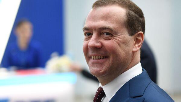 Председатель правительства РФ Дмитрий Медведев во время осмотра выставки в рамках Российского инвестиционного форума Сочи-2019