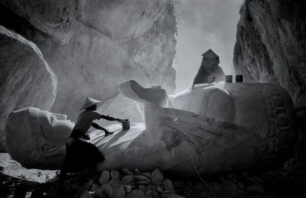 Работа фотографа Min Min Zaw, занявшая первое место в категории Black & White в фотоконкурсе Mobile Photography Awards