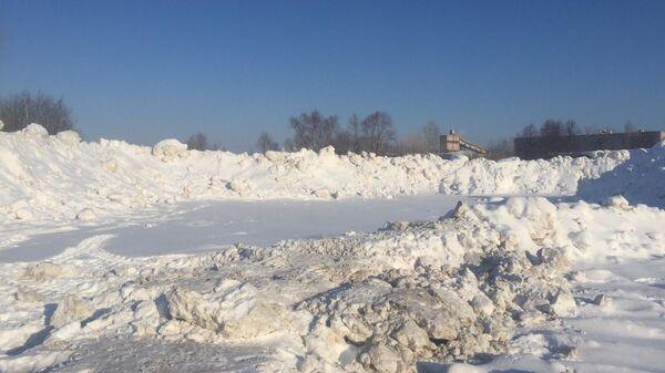 Снег от уборки улиц на водоохранной зоне реки Волги в поселке Отары под Казанью
