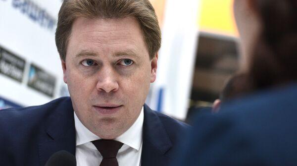 Губернатор Севастополя Дмитрий Овсянников на стенде МИА Россия сегодня на Российском инвестиционном форуме в Сочи