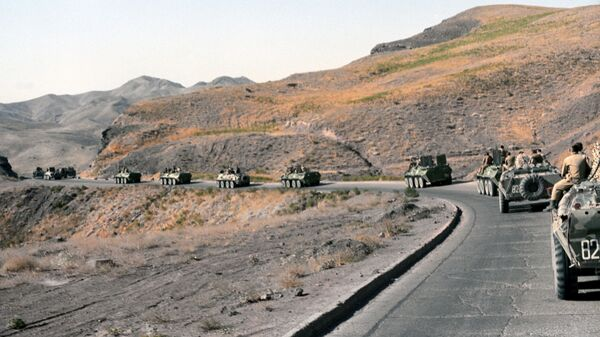 Колонна военной техники покидает город Кандагар