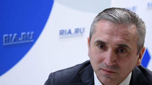 Губернатор Тюменской области Александр Моор на стенде МИА Россия Сегодня на Российском инвестиционном форуме в Сочи