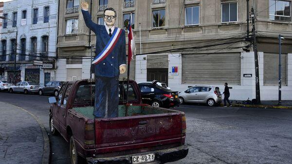 Фигура из картона, изображающая Сальвадора Альенде, в багажнике автомобиля на одной из улиц в Вальпараисо