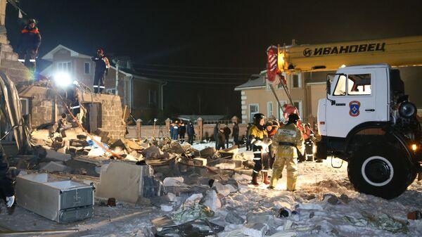 Сотрудники МЧС РФ разбирают завалы в жилом доме в Красноярске, в котором произошел взрыв бытового газа