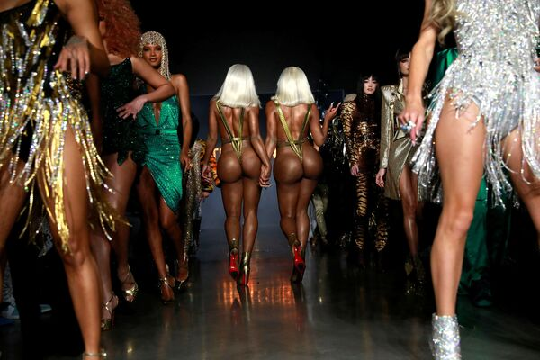 Сестры Clermont Twins на презентации коллекции The Blonds на неделе моды в Нью-Йорке, США