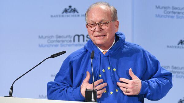 Вольфганг Ишингер в толстовке с изображением флага ЕС на открытии Мюнхенской конференции по безопасности