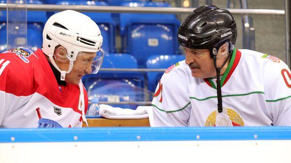 Президент РФ Владимир Путин с президентом Белоруссии Александром Лукашенко во время тренировочной игры в хоккей в ледовом дворце Шайба в Сочи. 15 февраля 2019
