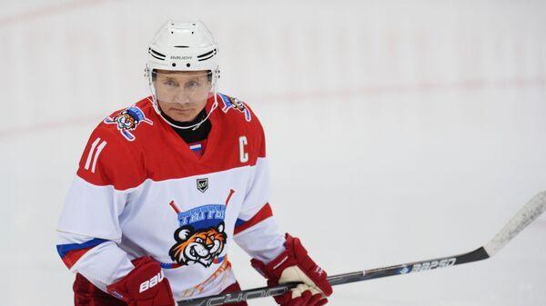Президент РФ Владимир Путин во время тренировочной игры в хоккей в ледовом дворце Шайба в Сочи