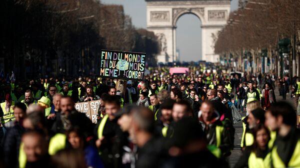 Протестующие в желтых жилетах в Париже, Франция. 16 февраля 2019
