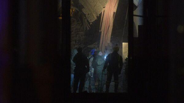 Сотрудники спасательной службы МЧС РФ осматривают повреждения дома № 9 на улице Ломоносова в Санкт-Петербурге. 16 февраля 2019