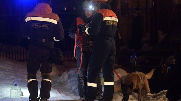 Сотрудники спасательной службы МЧС РФ с собакой у дома № 9 на улице Ломоносова в Санкт-Петербурге. 16 февраля 2019