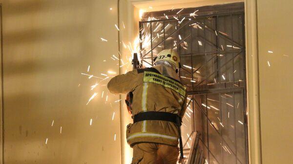 Сотрудник спасательной службы МЧС РФ у дома № 9 на улице Ломоносова в Санкт-Петербурге. 16 февраля 2019