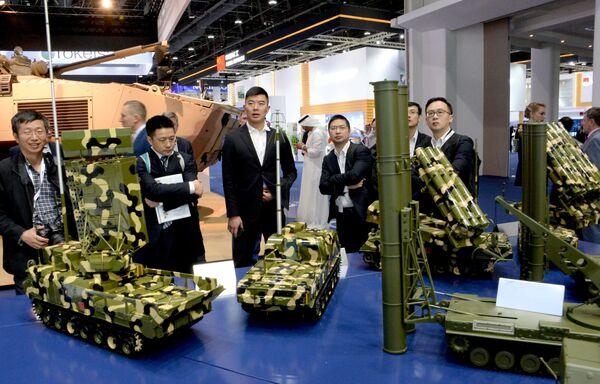 Посетители осматривают образы военной техники концерна Алмаз-Антей на международной выставке вооружений IDEX-2019 в Абу-Даби
