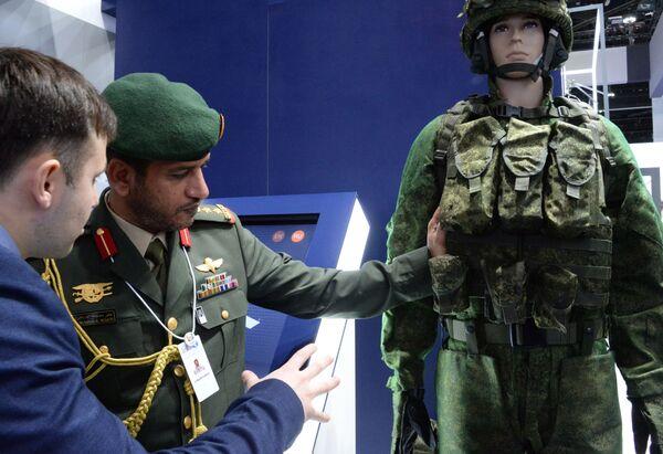 Посетитель осматривает комплект российской экипировки Ратник на международной выставке вооружений IDEX-2019 в Абу-Даби