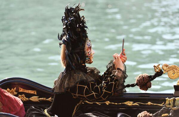 Женщина в карнавальном костюме в день открытия Венецианского карнавала