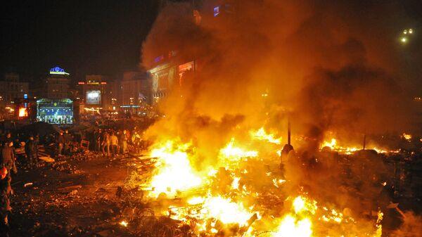 Горящие костры и палатки на площади Независимости в Киеве