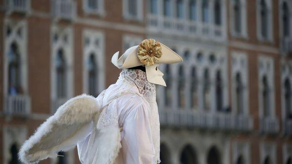Мужчина в карнавальном костюме в день открытия Венецианского карнавала