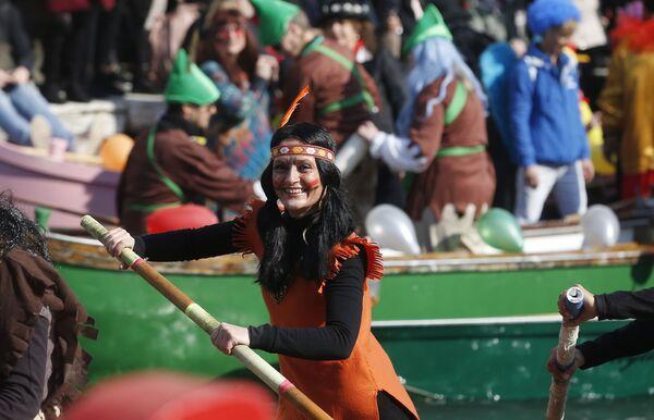 Девушка во время парада, посвященного началу карнавального сезона в Венеции