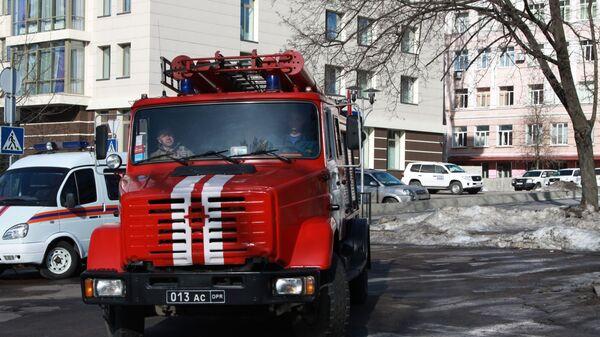 Сотрудники противопожарной службы ДНР в центре Донецка, где прогремели три взрыва. 18 февраля 2019