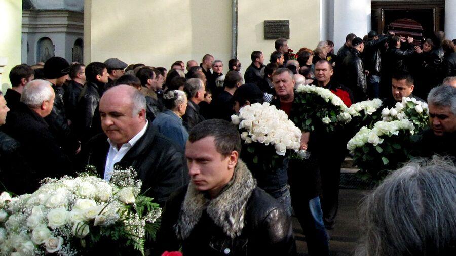 Гроб с телом Вячеслава Иванькова (Япончика) несут к месту захоронения на Ваганьковском кладбище в Москве. 2009 год