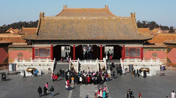 Посетители у Дворца земного спокойствия в Запретном городе в центре Пекина