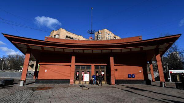 Наземный вестибюль станции метро Красносельская Сокольнической линии Московского метрополитена. Архивное фото